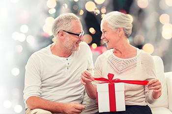 Ehepaar beim Geschenke auspacken